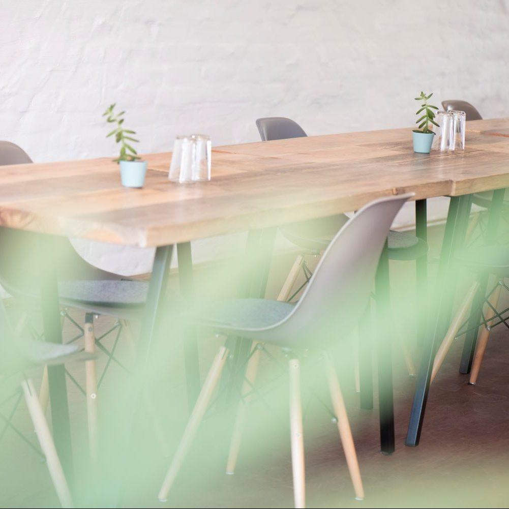 elegante Tische und Stühle